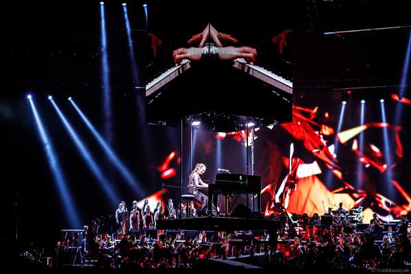 Pianistin Emily Bear schwebt durch die Halle bei Night of the Proms 2017 in der SAP Arena Mannheim