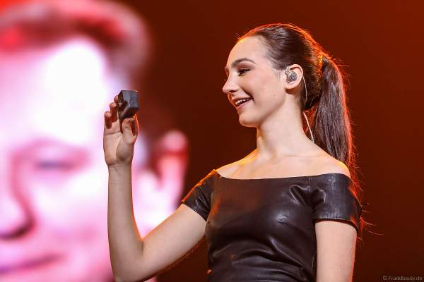 Die 16-jährige Pianistin Emily Bear bei Night of the Proms 2017 in der SAP Arena Mannheim
