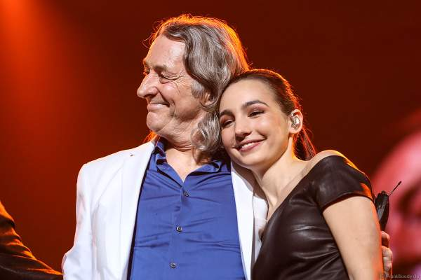 Roger Hodgson mit der Pianistin Emily Bear bei Night of the Proms 2017 in der SAP Arena Mannheim