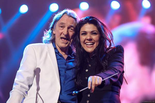 Roger Hodgson mit der Dirigentin Alexandra Arrieche bei Night of the Proms 2017 in der SAP Arena Mannheim