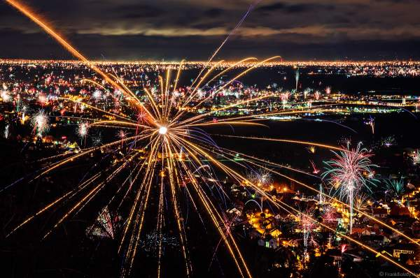 Feuerwerk an der Südlichen Weinstraße zu Silvester/Neujahr 2017-2018 über Hambach, Diedesfeld, Neustadt und Lachen-Speyerdorf mit Fernblick Richtung Ludwigshafen, Mannheim und Heidelberg