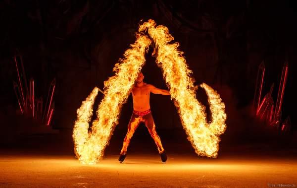 Feuerspieler Adam Jukes mit Feuereffekt Lyco bei der Eisshow ATLANTIS von Holiday on Ice in der Festhalle Frankfurt und SAP Arena Mannheim 2017-2018