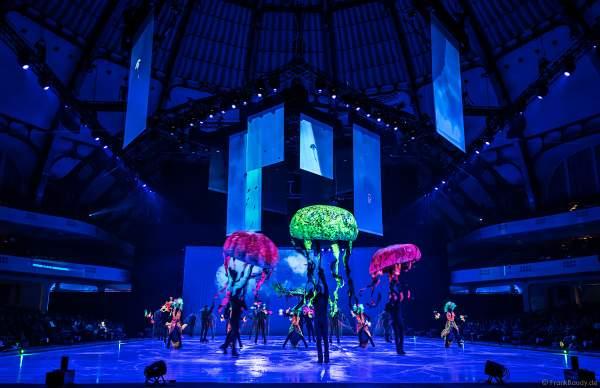 Bunte Schwarzlichtszenen bei der Eisshow ATLANTIS von Holiday on Ice in der Festhalle Frankfurt und SAP Arena Mannheim 2017-2018