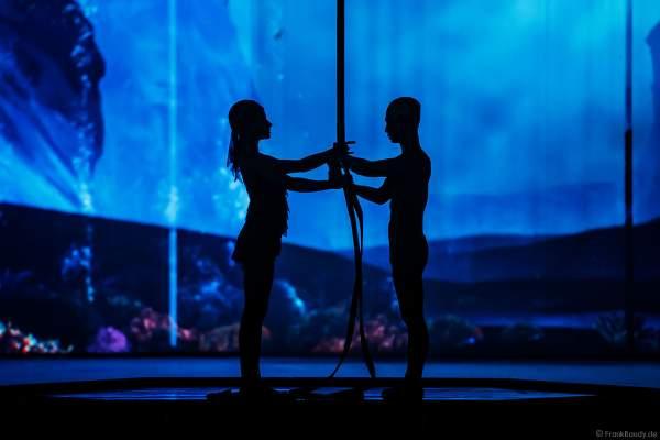 Tim Yang und Taisia Bondarenko als Strapaten- und Adagioduo bei der Eisshow ATLANTIS von Holiday on Ice in der Festhalle Frankfurt und SAP Arena Mannheim 2017-2018