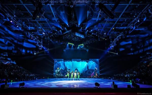 Die Unterwasserwelt mit Taucher bei der Eisshow ATLANTIS von Holiday on Ice in der Festhalle Frankfurt und SAP Arena Mannheim 2017-2018