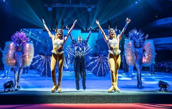 Stargäste Geschwister Valentina und Cheyenne Pahde und Wesley Campbell in Kostümen bei der Eisshow ATLANTIS von Holiday on Ice in der Festhalle Frankfurt und SAP Arena Mannheim 2017-2018