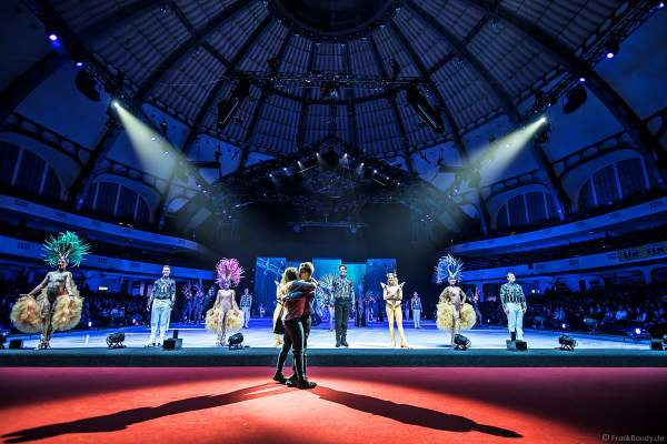 Thilo Schlumberger macht seiner Freundin Sylvia einen Heiratsantrag bei der Eisshow ATLANTIS von Holiday on Ice in der Festhalle Frankfurt