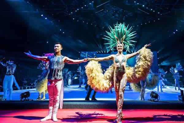 Tim Yang und Taisia Bondarenko beim Schlussbild bei der Eisshow ATLANTIS von Holiday on Ice in der Festhalle Frankfurt und SAP Arena Mannheim 2017-2018