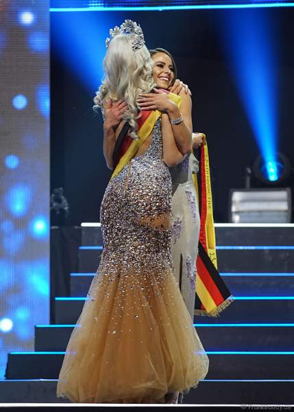 Miss Germany 2017 Soraya Kohlmann überreicht die Schärpe an die Vize-Miss Germany 2018 Alena Krempl (Miss Westdeutschland 2018) beim Miss Germany 2018 Finale in der Europa-Park Arena am 24.02.2018