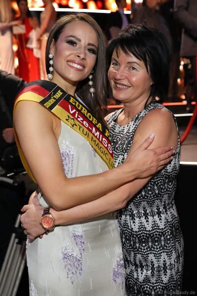 Vize-Miss Germany 2018 Alena Krempl (Miss Westdeutschland 2018) mit Schwiegermutter beim Miss Germany 2018 Finale in der Europa-Park Arena am 24.02.2018