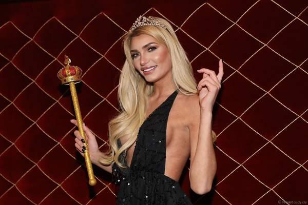 Guiliana Farfalla mit Krone und Zepter beim Miss Germany 2018 Finale in der Europa-Park Arena am 24.02.2018