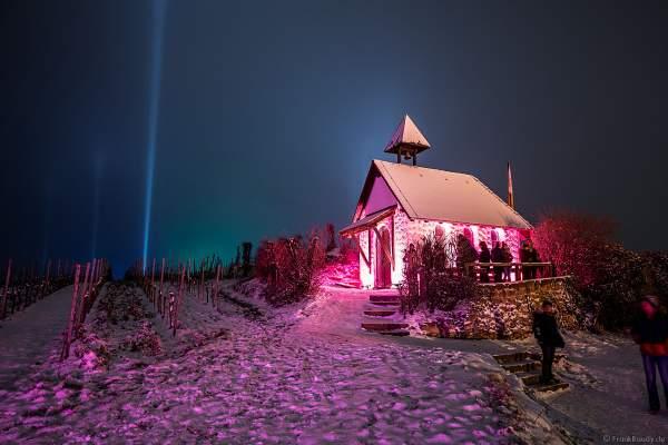 Die Michaelskapelle auf dem Michelsberg farbenfro illuminiert im Schnee bei der Weinbergnacht 2018 in Bad Dürkheim