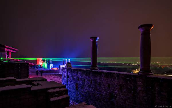 Römervilla Weilberg farbenfroh illuminiert mit Laserfächer über die Weinlandschaft bei der Weinbergnacht 2018