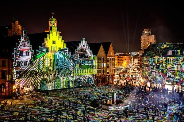 """Lichtkunstinstallation """"Frankfurt Fades"""" auf dem Römerberg von Phillipp Geist bei der Luminale 2018 in Frankfurt"""