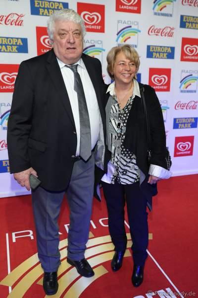 Hans Meiser mit Freundin Katrin Simon beim Radio Regenbogen Award 2018 am 23. März in der Europa-Park Arena in Rust