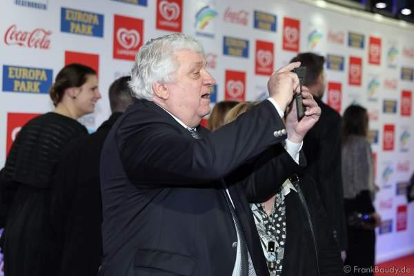 Hans Meiser braucht ein Selfie beim Radio Regenbogen Award 2018 am 23. März in der Europa-Park Arena in Rust