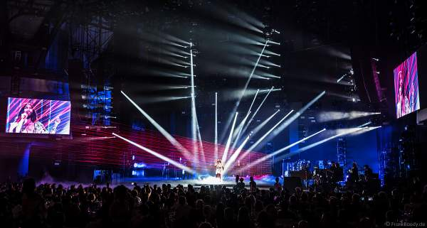 Bühnenauftritt von ESC-Gewinnerin Conchita Wurst mit roten Laserstrahlen beim PRG Live Entertainment Award (LEA) 2018 in der Festhalle in Frankfurt