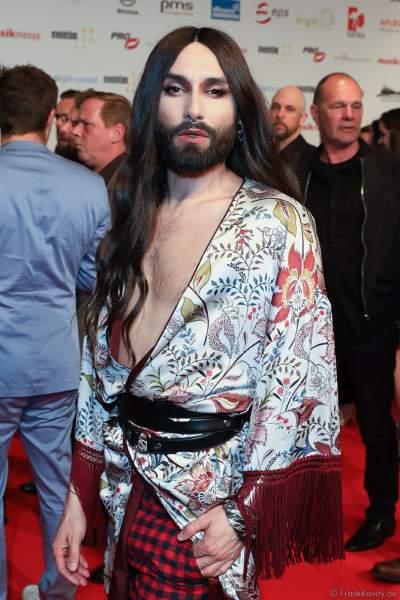 """Conchita Wurst (Travestiekünstlers Thomas """"Tom"""" Neuwirth) auf dem roten Teppich beim PRG Live Entertainment Award (LEA) 2018 in der Festhalle in Frankfurt"""