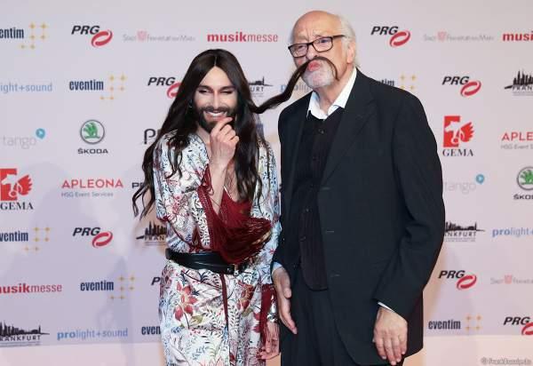 Conchita Wurst und Karl Dall vergnügen sich beim PRG Live Entertainment Award (LEA) 2018 in der Festhalle in Frankfurt