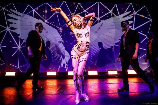 Adrienne Péter Soboleva in Goldfolien-Kostüm bei den Night.Beat.Angels 2018 im Europa-Park