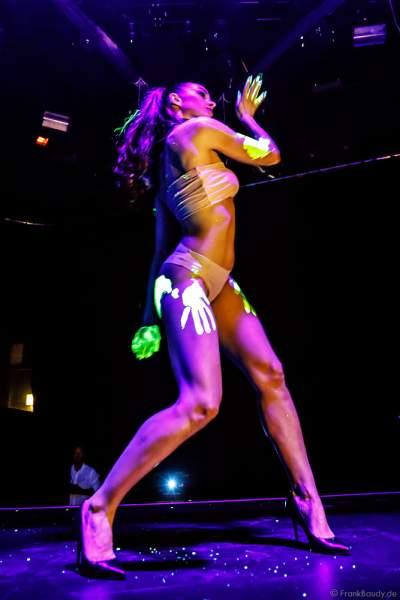 Das Europa-Park Show-Ballett mit einer Schwarzlicht Performance bei den Night.Beat.Angels 2018 im Europa-Park