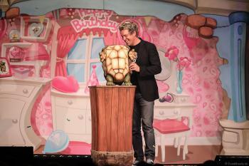 Die Schildkröte Josie hat Geburtstag bei Sascha Grammel - ICH FIND´S LUSTIG in der Europa-Park Arena 2018