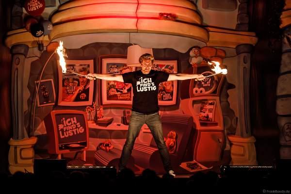 Feuerspieler Sascha Grammel mit seiner Feuerjonglage bei seiner Show - ICH FIND´S LUSTIG in der Europa-Park Arena 2018