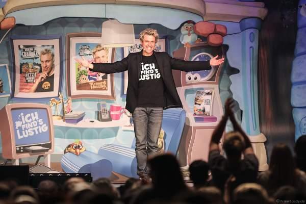 Bauchredner Sascha Grammel verabschiedet sich bei seiner Show ICH FIND´S LUSTIG in der Europa-Park Arena 2018
