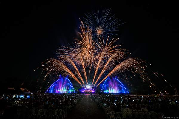 L'Orchestre symphonique des Jeunes de Strasbourg (Jugendsinfonieorchester Straßburg) beim Open Air Festival Vents d'Est 2018 in Furdenheim mit Feuerwerk und Wassershow