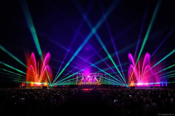 L'Orchestre symphonique des Jeunes de Strasbourg (Jugendsinfonieorchester Straßburg) beim Open Air Festival Vents d'Est 2018 in Furdenheim mit bunter Wassershow und Laser