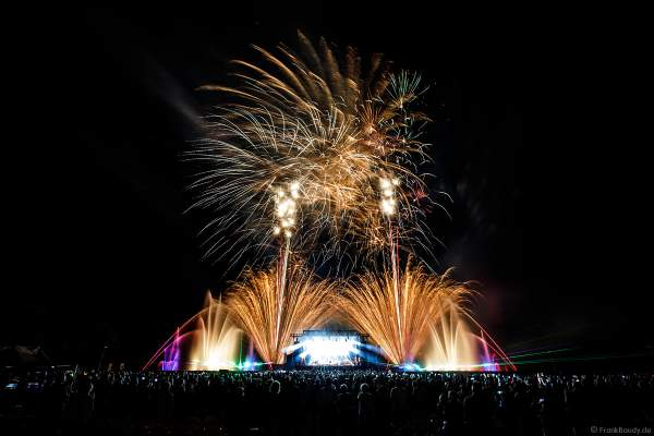 Finales Feuerwerk und Wassershow bei ONE NIGHT OF QUEEN performed by Gary Mullen & The Works beim Open Air Festival Vents d'Est 2018 in Furdenheim