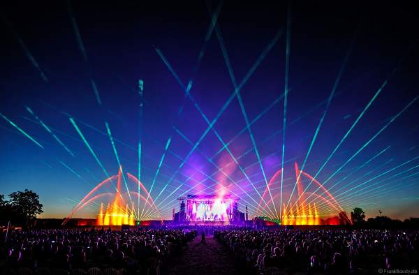 ONE NIGHT OF QUEEN performed by Gary Mullen & The Works beim Open Air Festival Vents d'Est 2018 in Furdenheim mit Wassershow und Laser