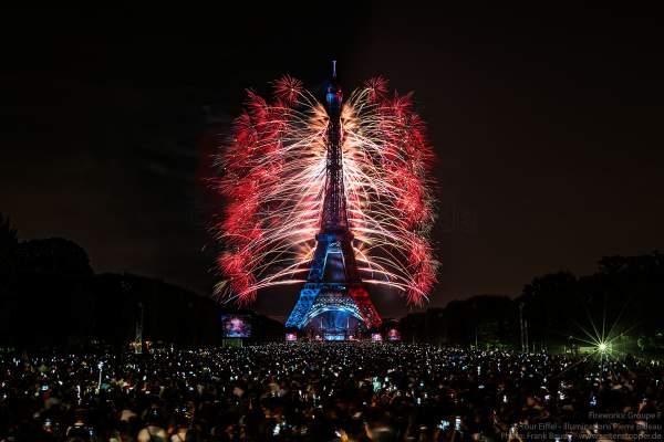 Le feu d'artifice du 14 juillet 2018 à la Tour Eiffel - le Paris de l'Amour !