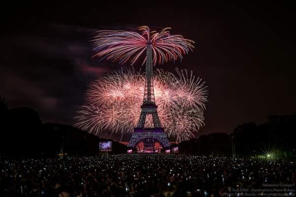 Eiffelturm mit grandiosem Feuerwerk beim Nationalfeiertag am 14. Juli 2018 in Paris - Thema: Paris der Liebe