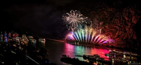 Ein wunderbarer Farbfächer beim Feuerwerk von Rhein in Flammen – Nacht der 1000 Feuer in Oberwesel 2018