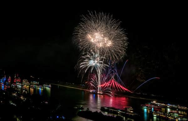 Bunter Schiffskorso beim Feuerwerk von Rhein in Flammen – Nacht der 1000 Feuer in Oberwesel 2018