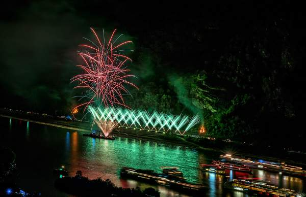 Kleine Brände am Hang beim Feuerwerk von Rhein in Flammen – Nacht der 1000 Feuer in Oberwesel 2018