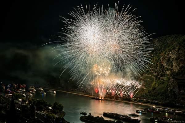 Das Feuerwerk erleuchtet den Rhein über dem UNESCO Weltkulturerbe Oberes Mittelrheintal bei Rhein in Flammen 2018 in Oberwesel