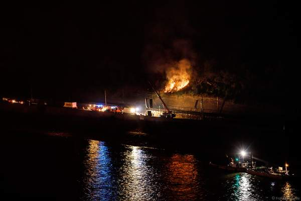Ein Feuer am Hang nach dem Feuerwerk von Rhein in Flammen – Nacht der 1000 Feuer in Oberwesel 2018