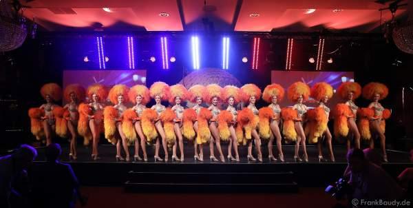 Die Tänzerinnen des Moulin Rouge bei der Pressekonferenz zur Eröffnung der Eurosat – CanCan Coaster & Eurosat Coastiality Achterbahn