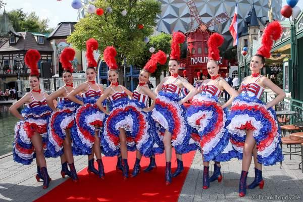 Die Tänzerinnen des Moulin Rouge in sexy Can Can Kostümen bei der Eröffnung der Eurosat – CanCan Coaster & Eurosat Coastiality Achterbahn