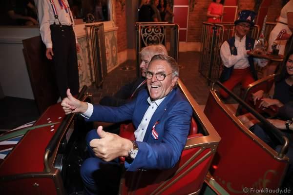 Roland Mack kurz vor der Achterbahnfahrt mit der neuen Eurosat – CanCan Coaster