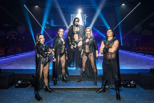 Das Team um Myra Moon Mistress (GNTM-Model Miriam Höller) bei der Eisshow Rebellion der Horror Nights – Traumatica 2018 im Europa-Park