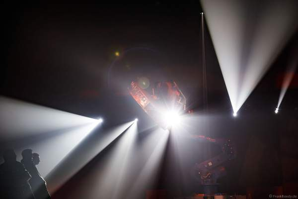 UliK Robotic - DRUMGOD - ein Schlagzeuger mit einer großen Trommel fliegt an einem großen Industrieroboterarm durch die Luft - Traumatica Show Rebellion, Horror Nights 2018 im Europa-Park