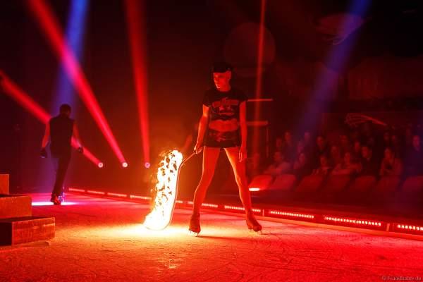 Kämpferin mit brennender Feuerpeitsche bei der Eisshow Rebellion bei den Horror Nights – Traumatica 2018 im Europa-Park