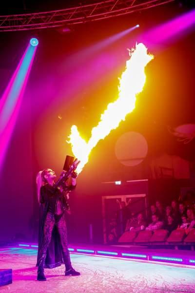 Adrienne Péter Soboleva mit Flammenwerfer bei der Eisshow Rebellion bei den Horror Nights – Traumatica 2018 im Europa-Park