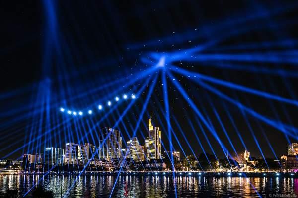Drohnen- und Lichtshow STERNENBILDER – EINE SYMPHONIE FÜR DIE FRANKFURTER ALTSTADT 2018 vor der Skyline