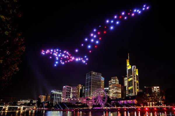 Der Frankfurter Adler bei der Drohnen- und Lichtshow STERNENBILDER – EINE SYMPHONIE FÜR DIE FRANKFURTER ALTSTADT 2018 vor der Skyline