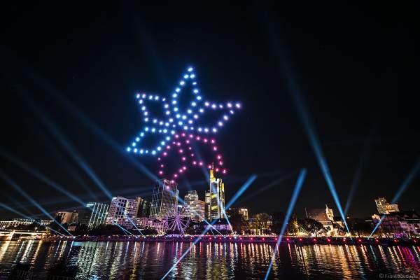 Die Rauten stehen für die Menschen aus über 180 Nationen die in Frankfurt zu Hause sind - Drohnen- und Lichtshow STERNENBILDER – EINE SYMPHONIE FÜR DIE FRANKFURTER ALTSTADT 2018