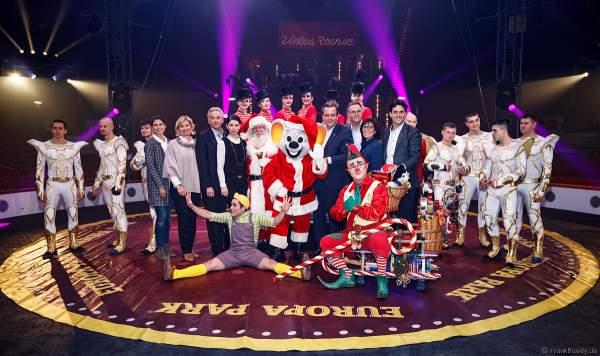Gruppenfoto der Inhaberfamilie Mack mit Künstlern und dem Showballett bei der Zirkus Revue im Europa-Park zur Wintersaison 2018/2019